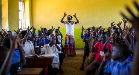 Barn och lärare i ett klassrum i Uganda.