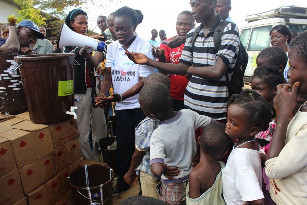 Käsipesupiste Liberiassa ebola-epidemian aikaan.