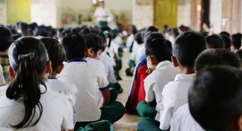 Lapsia opinto-ohjauksen tunnilla Myanmarissa.