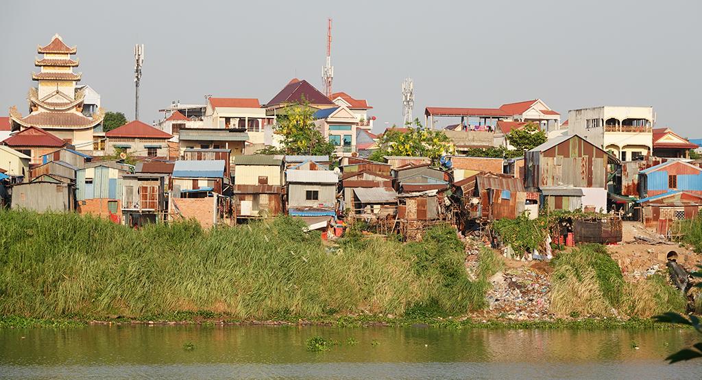 Kambodzalainen kaupunki joen varrella