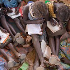 Alakoululaisia Keniassa Kalobeyein koulussa.