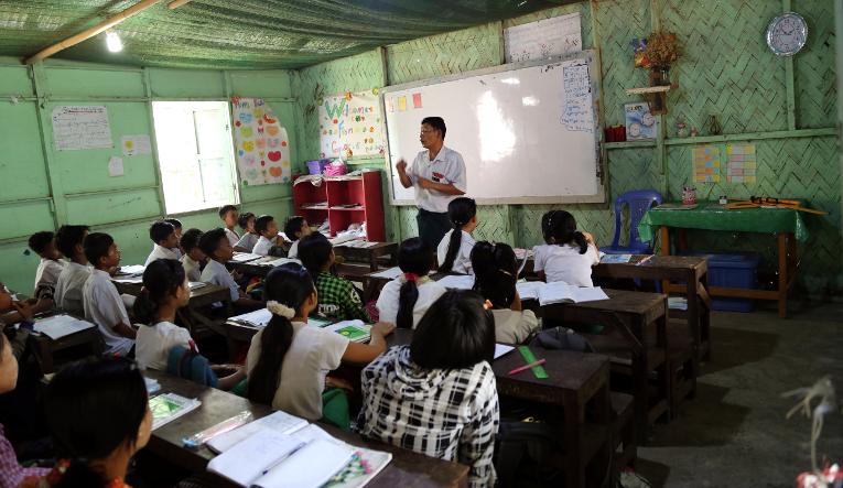 Opinto-ohjauksen tunti Myanmarilaisessa koulussa.