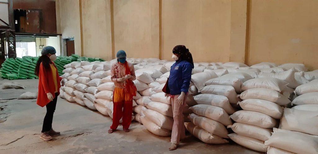 Koronaviruspandemia on aiheuttanut humanitaarisen kriisin, joka on pakottanut ihmisiä ympäri maailman humanitaarisen avun piirin. Kuvassa Nepalissa Kailain alueelle jaettavaa ruoka-apua.