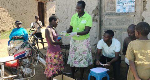 Koronaviruksen leviämisen ehkäisevää työtä eli käsienpesua, Ugandassa.