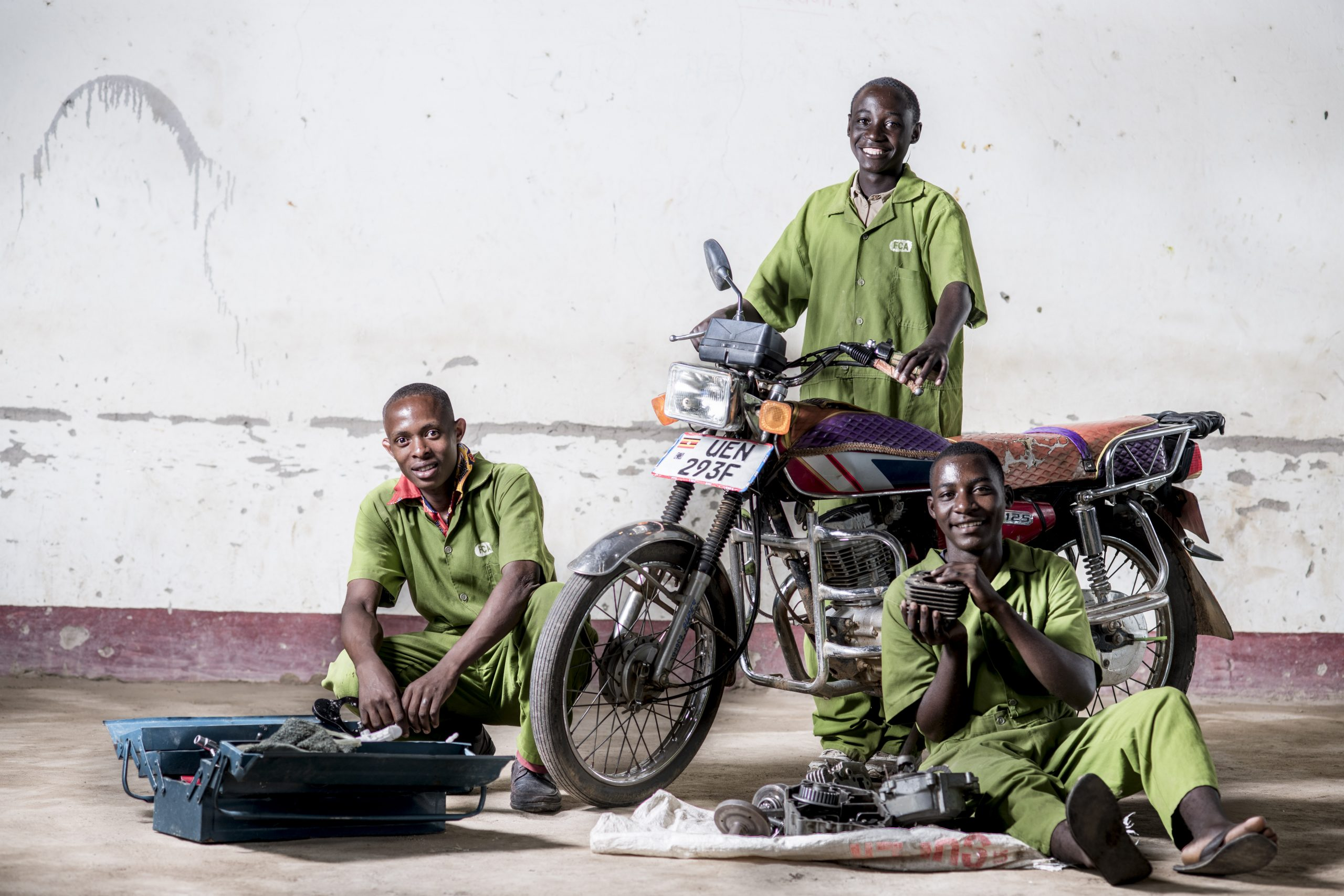 Mekaanikot moottoripyörän edessä