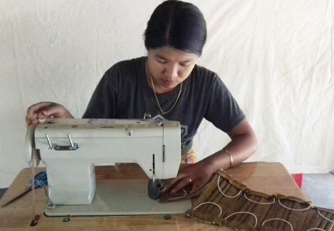 Nainen ompelee kasvomaskia.