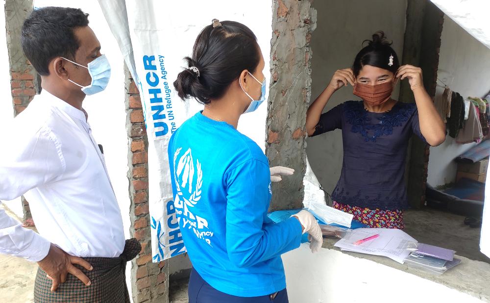 Myanmarilaisia YK:n pakolaisjärjestön työntekijöitä hengityssuojaimet kasvoilla koronaviruksen vuoksi.