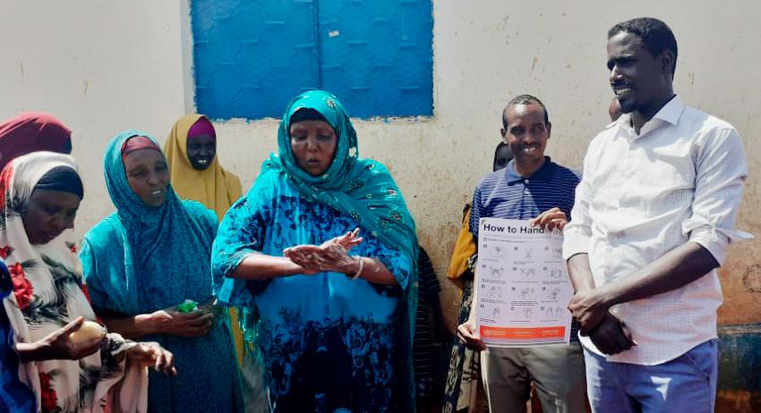 Somalialainen nainen pesee käsiään saippualla.