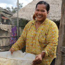 Nepalilainen Samila Lama punomansa korin kanssa