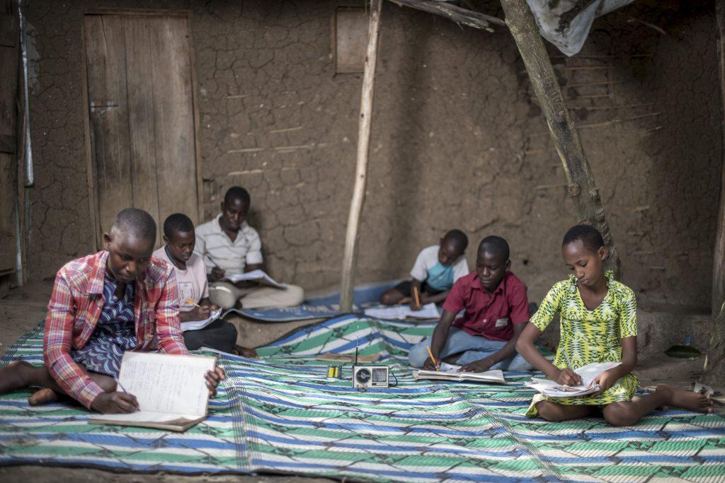 Etäopiskelua ugandalaisella Rwamwanjan pakolaisasutusalueella.