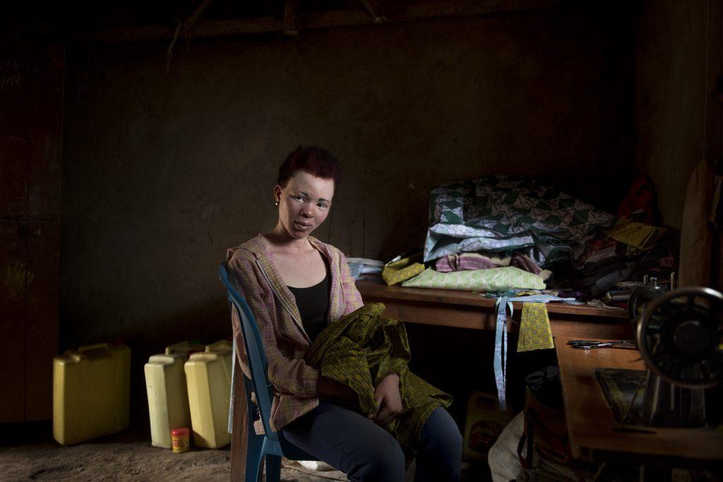 Ompelusta itselleen ammatin Kyakan pakolaisasutusalueella opiskellut Butros Ahimidive.
