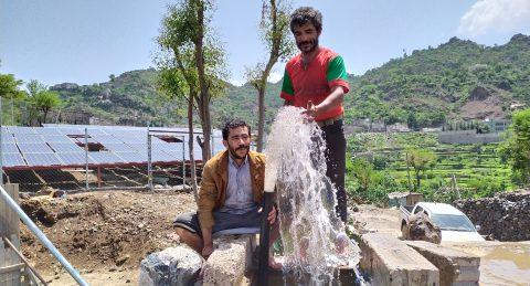 Kaksi jemeniläistä miestä vesipisteellä