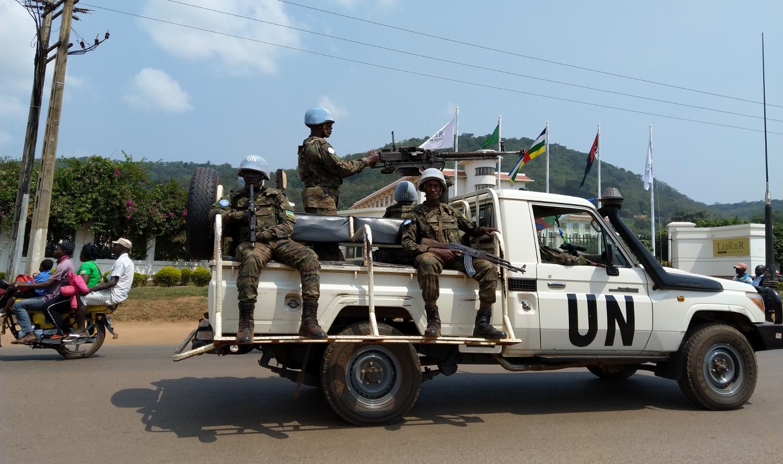 YK:n rauhanturvajoukkoja Banguin kaduilla.
