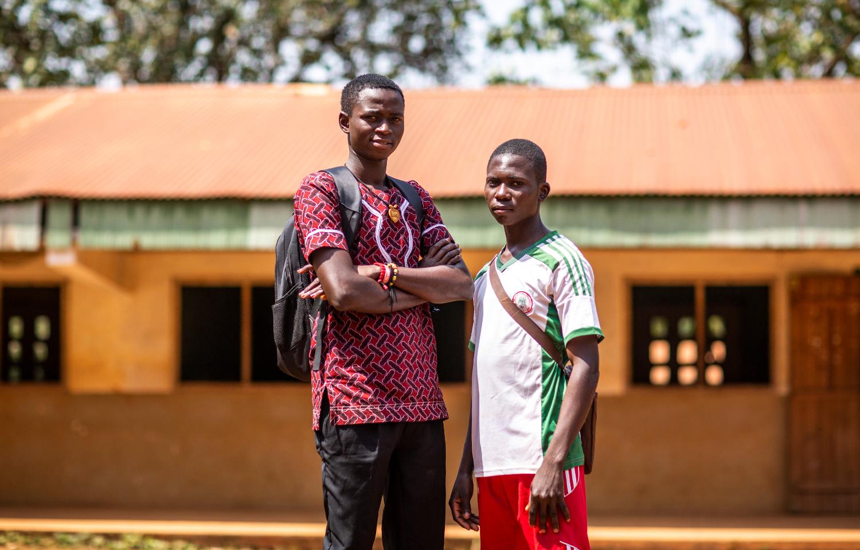 Christopher Vounda ja Dendji Romuald koulunsa edustalla.