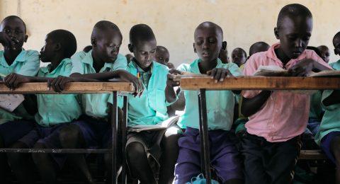 Koululaisia luokassaan Kenian Turkanassa.