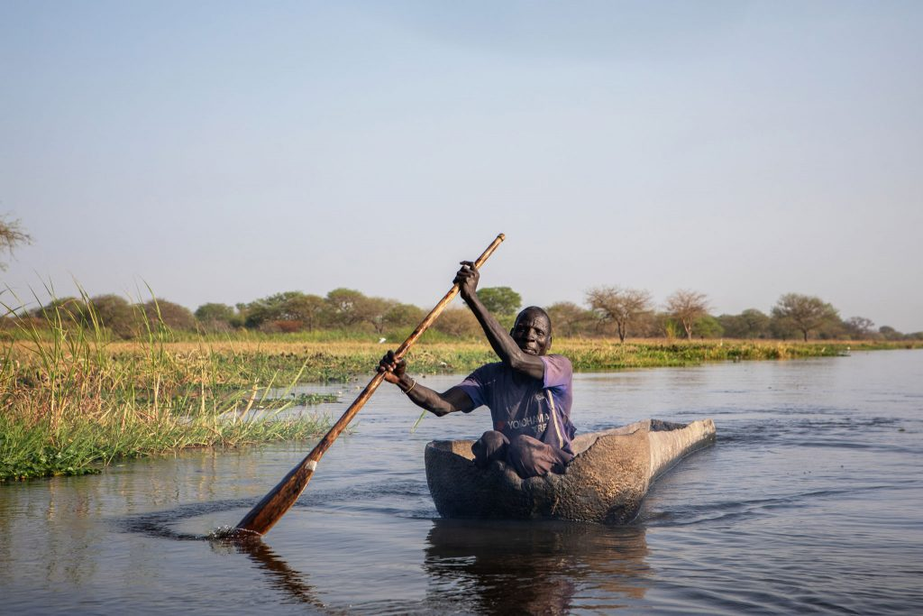 Kalastaja Riek Thiey Joar veneessään suolla