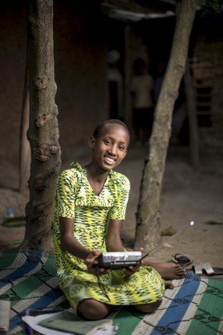 Uwase Mbabazi kuuntelee radiota.