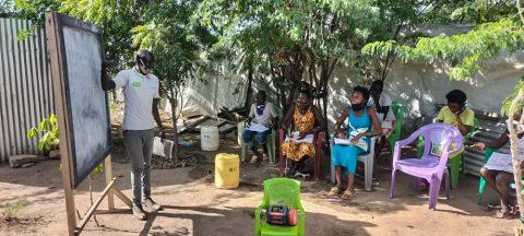 Obang Omot Oboya opettamassa kuuden oppilaan ryhmää.
