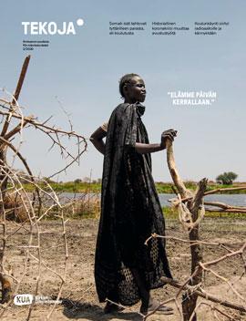 Tekoja-lehden 2-2020 kansi, jossa nainen seisoo ja nojaa keppiä vasten