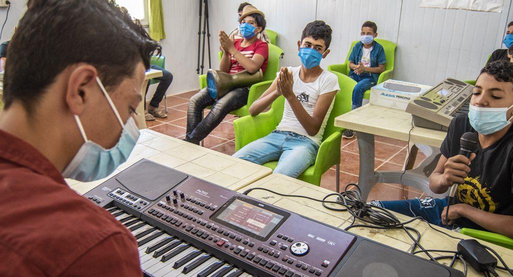 Musiikkitunnit tarjoavat nuorille mielekästä tekemistä Za'atarin pakolaisleirillä Jordaniassa.