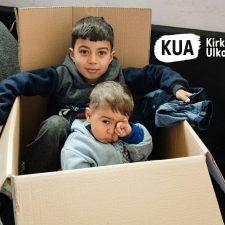 Syyrialaiset lapset leikkivät pahvilaatikossa pakolaiskeskuksessa.