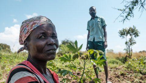 Perida Yata ja hänen poikansa Joseph Ladu viljelystensä keskellä.