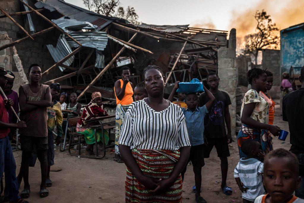Jacinta seisoo Mosambikia koetelleen hirmumyrskyn tuhoaman rakennuksen edessä