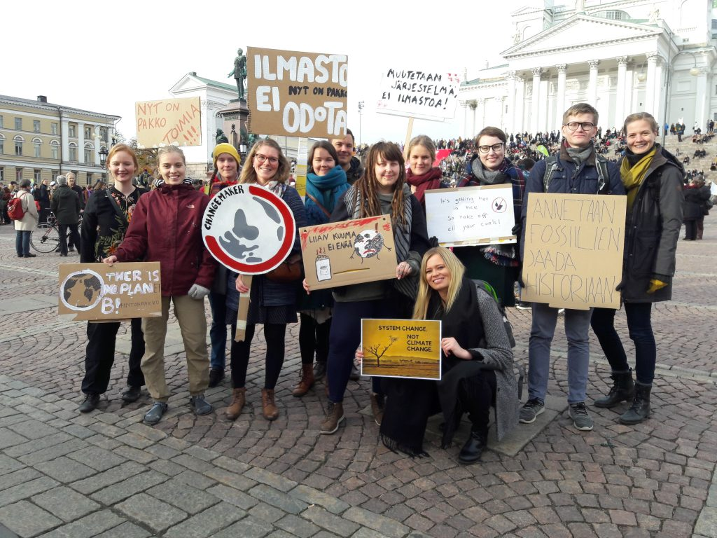 Ryhmä Changemakerin aktiiveja Senaatintorilla Helsingissä.