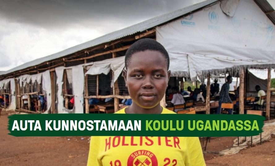Ugandalaisen pakolaisasutusalueen oppilas seisoo vakavana huonokuntoisen koulunsa edessä