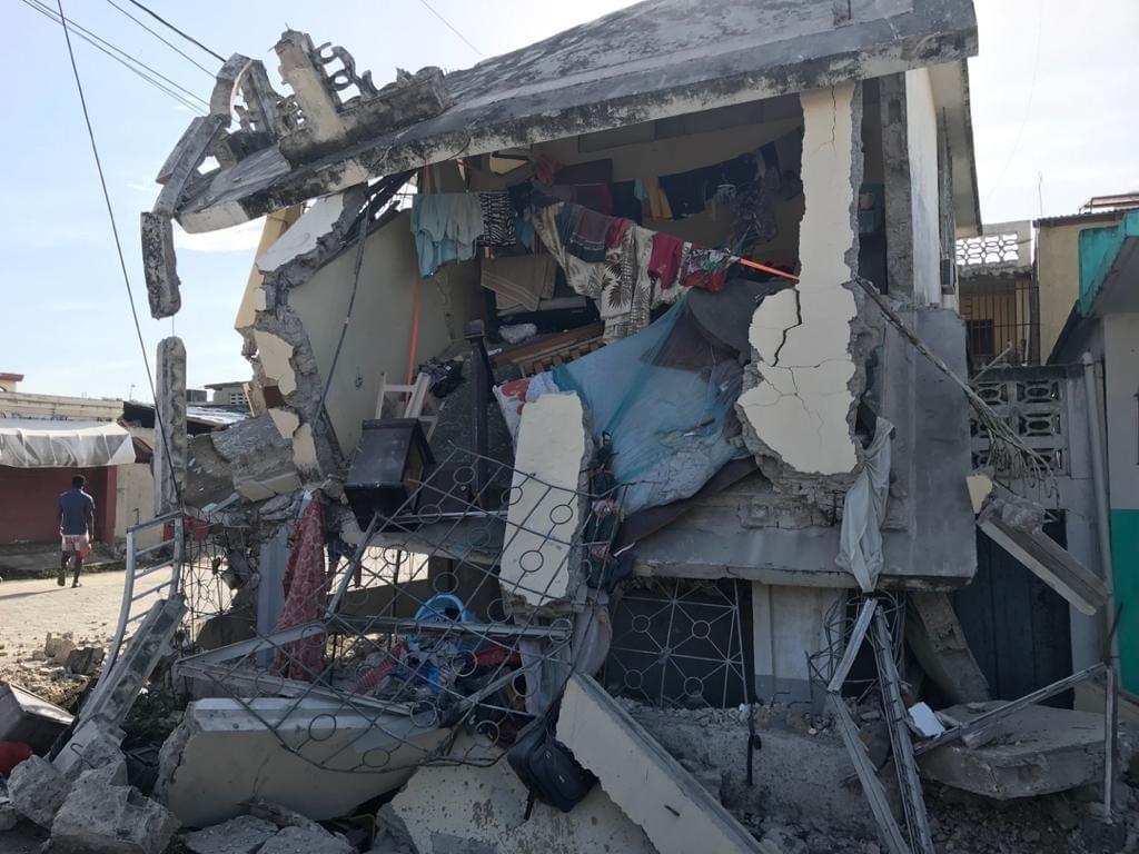 Puoliksi romahtanut talo