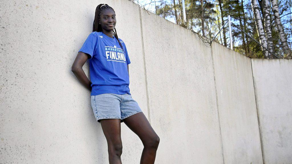 Nuori nainen nojaa betoniseinään