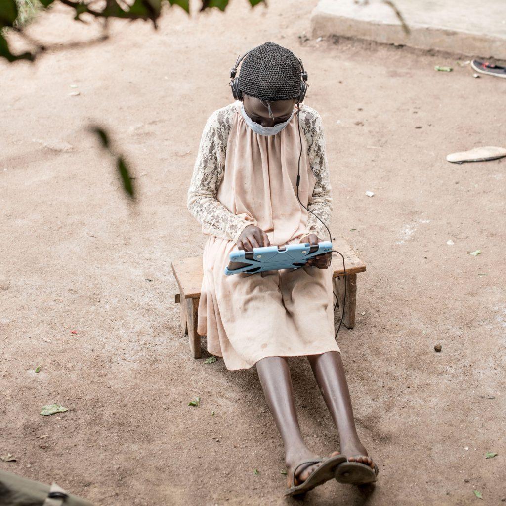 Tyttö käyttää taulutietokonetta.