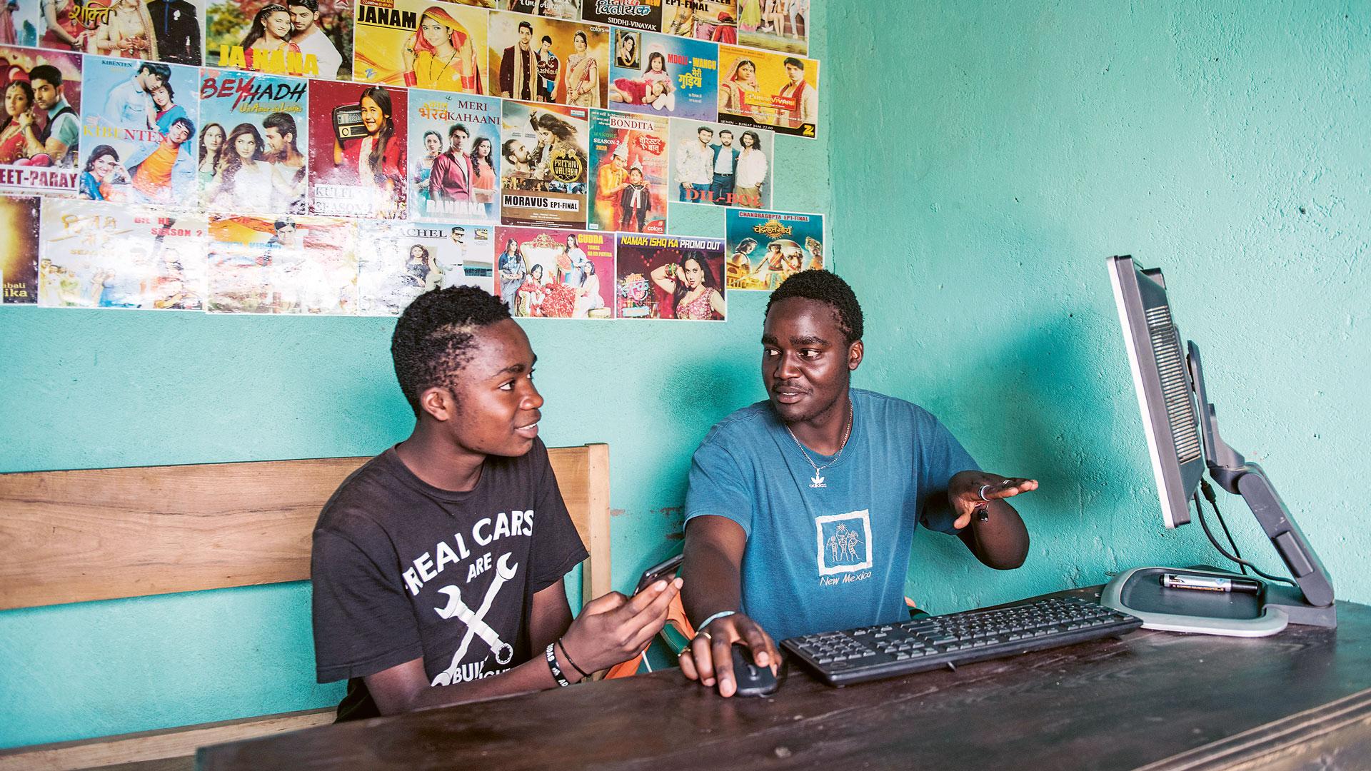 Kaksi miestä katsovat tietokoneen ruutua.